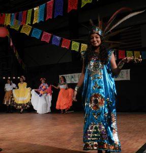 La alumna de la escuela Ocracoke, Karen Pérez, está entre los estudiantes que modelan vestidos tradicionales de varios estados mexicanos.
